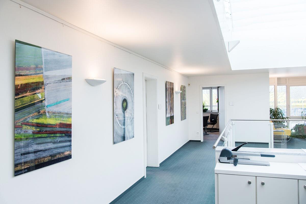 Bilder im Büro von Dr. Grürmann & Partner