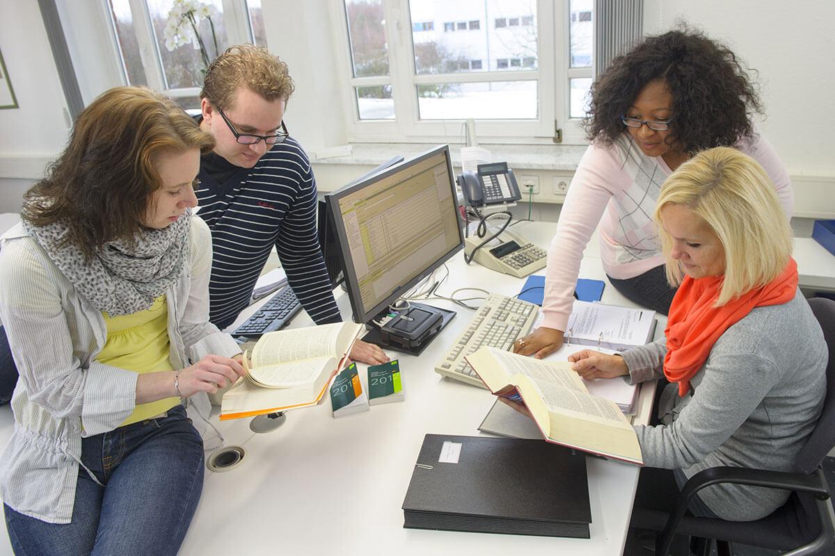 Mitarbeiter bei der Arbeit - Dr. Grürmann & Partner